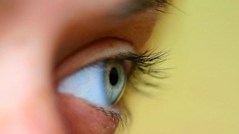 Close de um olho de uma mulher