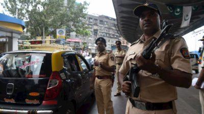 Policiais armados nas ruas de Mumbai em novembro de 2019, em meio a um aumento das tensões sobre uma decisão da Suprema Corte sobre local sagrado contestado por hindus e muçulmanos