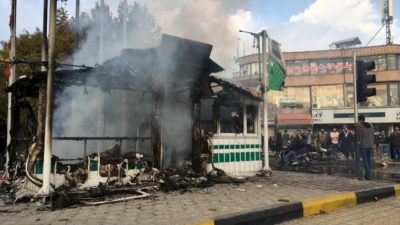 Iranianos se reúnem em torno de uma delegacia de polícia incendiada por manifestantes na cidade de Isfahan, em 17 de novembro de 2019