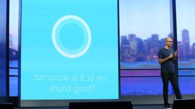 Satya Nadella, CEO da Microsoft, falando sobre a assistente Cortana durante apresentação