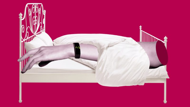 Braço com um smartwatch em uma cama