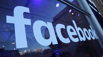 Logo do Facebook em vidraça