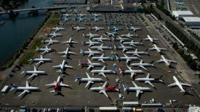 Dezenas de aviões são vistos em aeroporto