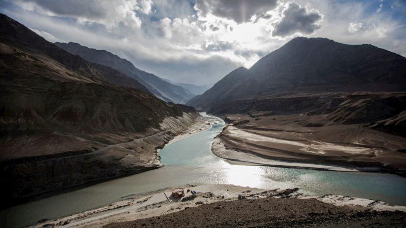 Onde o Rio Indo e o Rio Zanskar se encontram perto de Ladaque, Índia