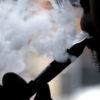 Homem usando cigarro eletrônico
