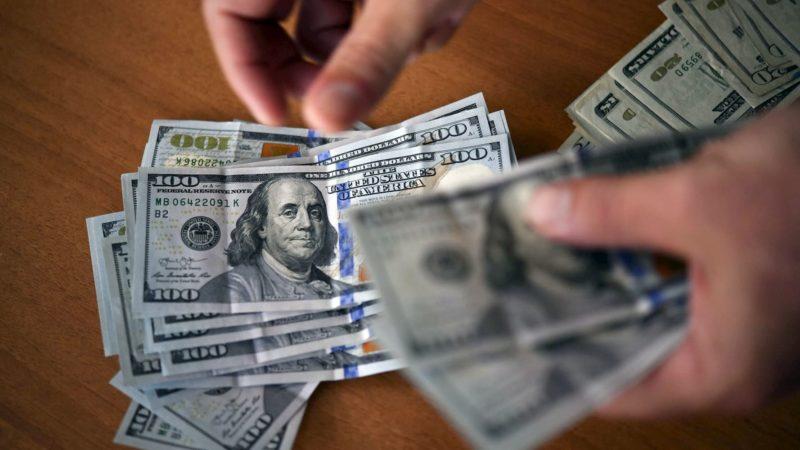 Notas de dólar dos Estados Unidos sendo contadas