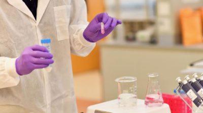 Cientista se prepara para extrair DNA de uma amostra