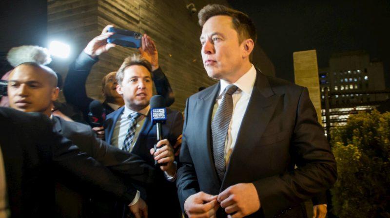 """Elon Musk deixando o tribunal após processo contra ele por ter chamado homem de """"pedófilo"""""""