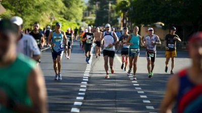 Homens caminhando durante uma maratona