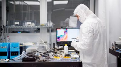 A cientista Kai Hudek na sala do IonQ.