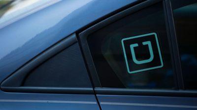 Adesivo com logotipo da Uber colado em vidro do carro