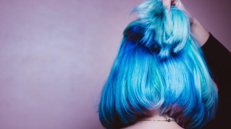 Mulher com cabelo pintado de azul