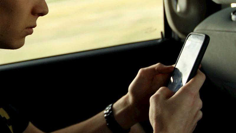 Pessoa mexendo em um celular