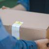 Pessoa entregando caixa de encomenda