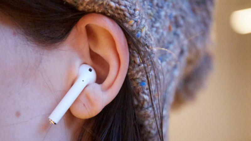 Mulher usando um AirPod, fone de ouvido sem fio da Apple