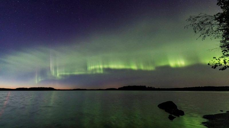 Aurora boreal em formato de dunas