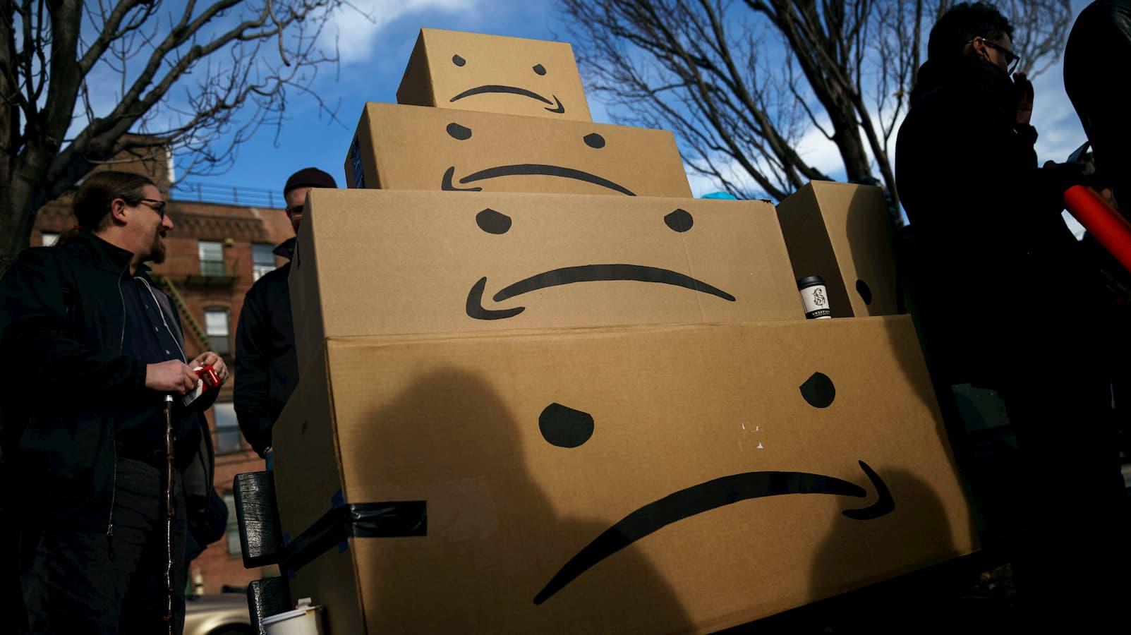 """Protestantes empilham caixas da Amazon com logo """"triste"""""""