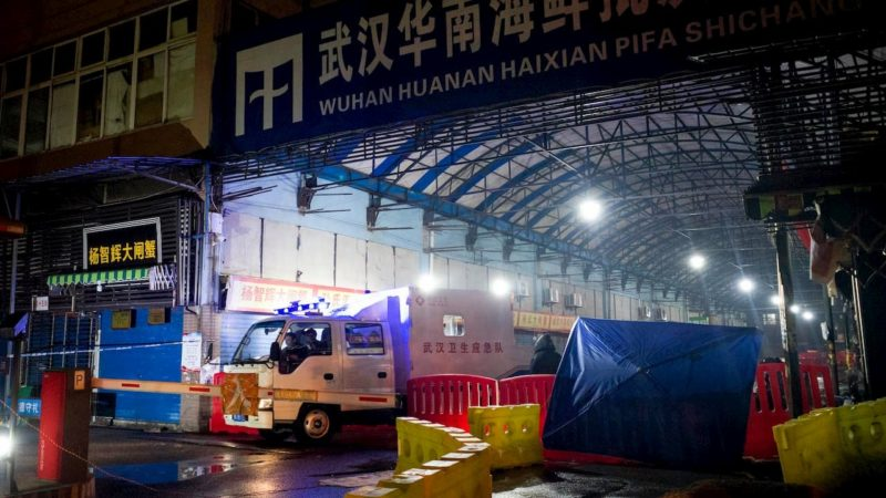 Equipe de Resposta a Emergências de Higiene de Wuhan ao sair do Mercado Atacadista de Frutos do Mar de Huanan, na cidade de Wuhan, em Hubei, China, no dia 11 de janeiro de 2020