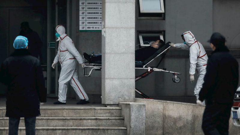 Enfermeiros transferem pacientes para o hospital Jin Yintan em 17 de janeiro de 2020, em Wuhan, China
