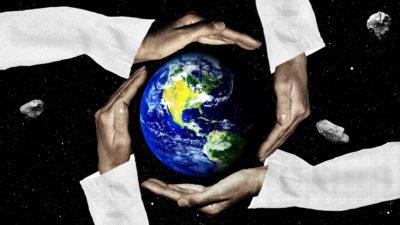 Ilustração com mãos protegendo o planeta Terra de asteroides