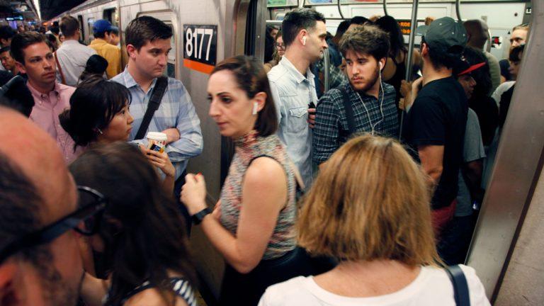 jf7bwhi2hhs3edozacia 768x432 - Os usuários do Apple Pay estão sendo cobrados a mais nas catracas do metrô de Nova York