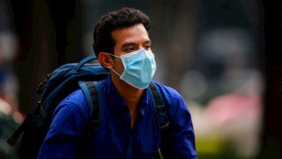 Homem usa máscara facial de papel