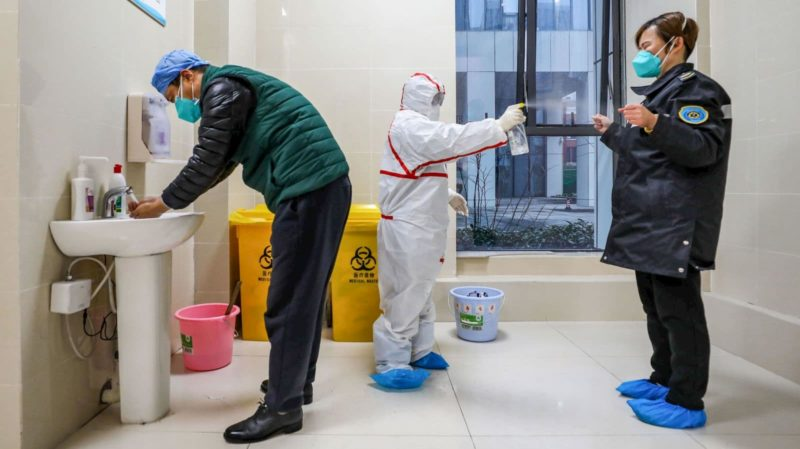Agentes de saúde em Wuhan, na China. Crédito: Getty Images