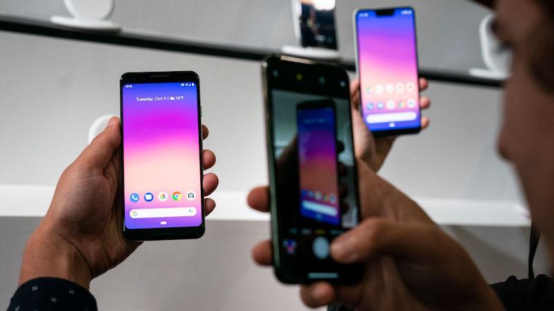 Homem tira foto de smartphone Pixel 3, do Google, durante evento em Nova York