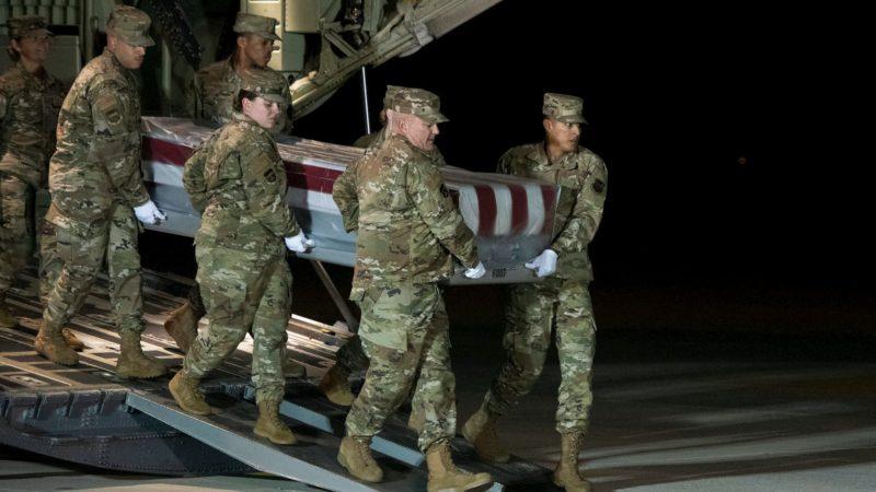 Oficiais da Força Aérea dos EUA transporta corpo do marinheiro Cameron Scott Walter em 8 de dezembro de 2018. Um atirador saudita matou três pessoas durante um tiroteio na Flórida. Crédito: Cliff Owen/AP
