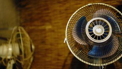 Ventilador antigo em uma sala