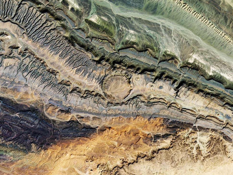 Vista por satélite da cratera de Ouarkziz, localizada no noroeste da Argélia, perto da fronteira com o Marrocos. Esta imagem mostra uma visão mais próxima do impacto de um asteróide de 3,5 km, datado de menos de 70 milhões de anos