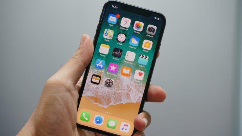Mão segurando um iPhone X