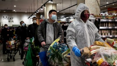 Moradores usam máscaras de proteção em uma mercearia, no dia 12 de fevereiro de 2020, em Wuhan, China