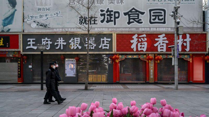 Pessoal de segurança chinês usa máscaras em Pequim