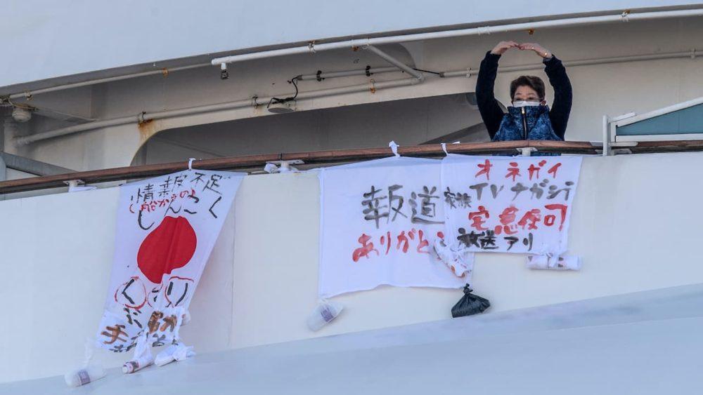 Japão cede 2.000 iPhones para passageiros de navio isolado contatarem médicos