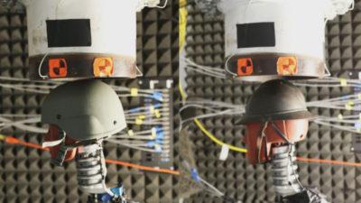 Um capacete moderno (esquerda) e um capacete francês (direita) expostos a uma simulação de explosão de artilharia. Imagem: J.O. Eynde et al., 2020/PLOS One
