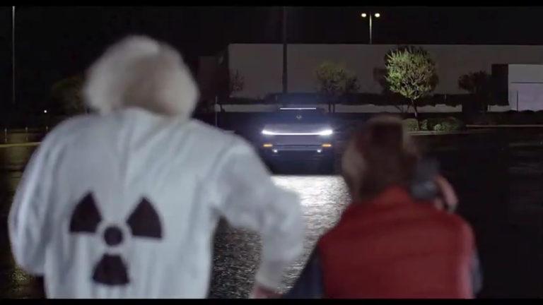 """de volta para o futuro cybertruck 768x432 - Estúdio de efeitos visuais troca o DeLorean de """"De Volta para o Futuro"""" pelo Cybertruck"""