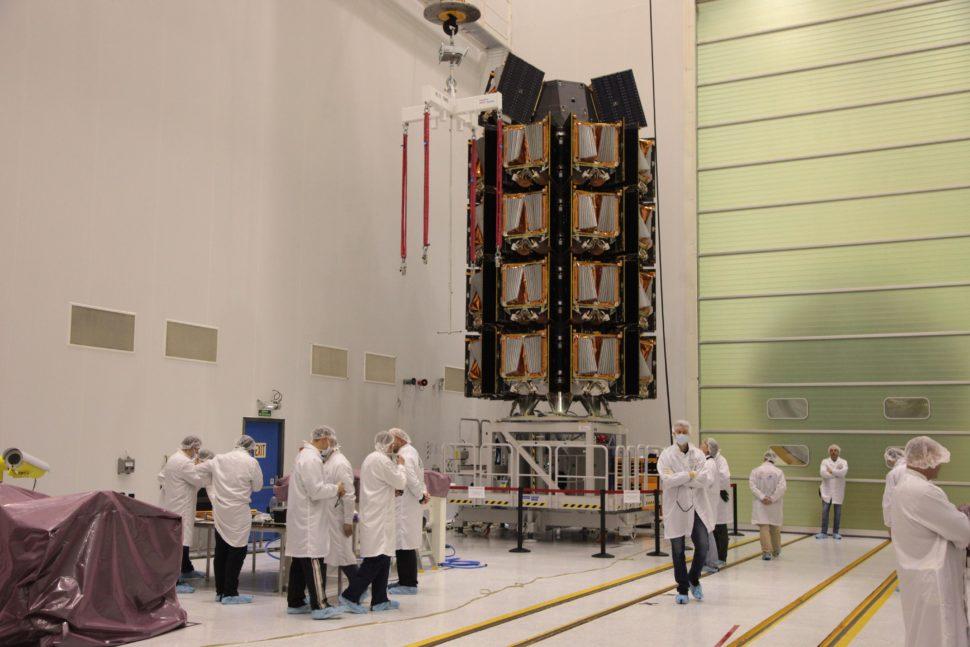 Engenheiros da OneWeb preparando os satélites. Crédito: OneWeb