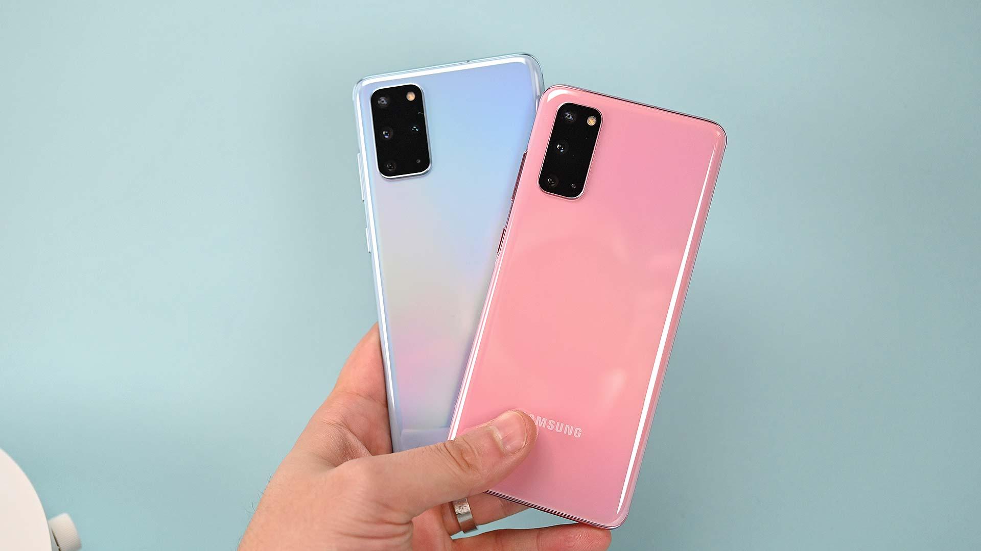 Traseira dos smartphones Galaxy S20+ (esq.) e Galaxy S20 (dir.)