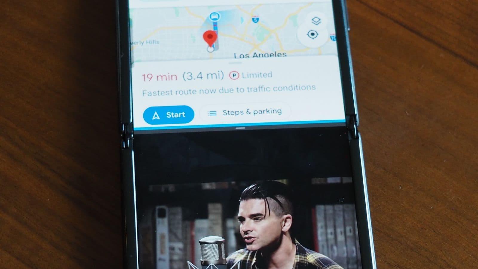 Samsung Galaxy Z Flip com dois aplicativos abertos