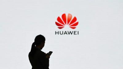 Pessoa mexendo em celular com o logo da Huawei ao fundo