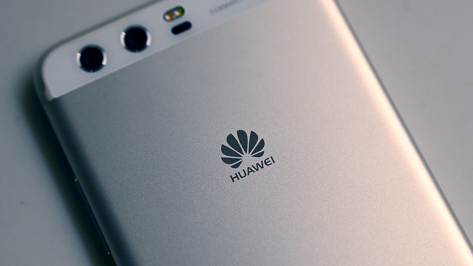 Traseira de um smartphone com logotipo da Huawei