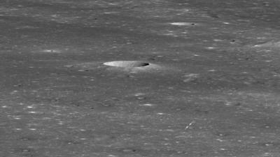 O lado oculto da Lua, com setas apontando para o local de pouco da Chang'e 4. Crédito: NASA/GSFC/Arizona State University (Wikimedia Commons)