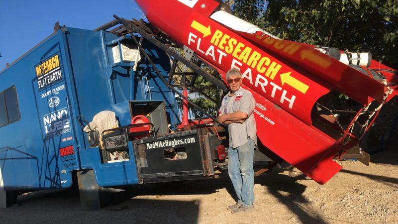Mike Hughes, o doidão terraplanista, ao lado de um dos seus foguetes