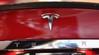 Detalhe do logo da Tesla em um carro