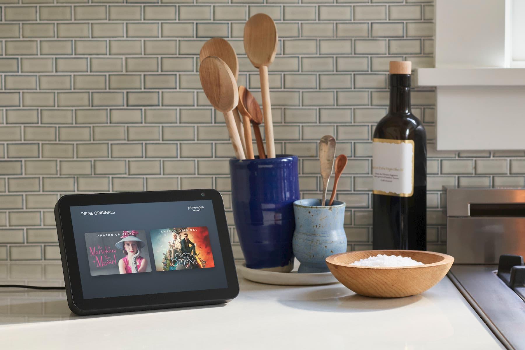 Amazon Echo Show 8 em uma cozinha