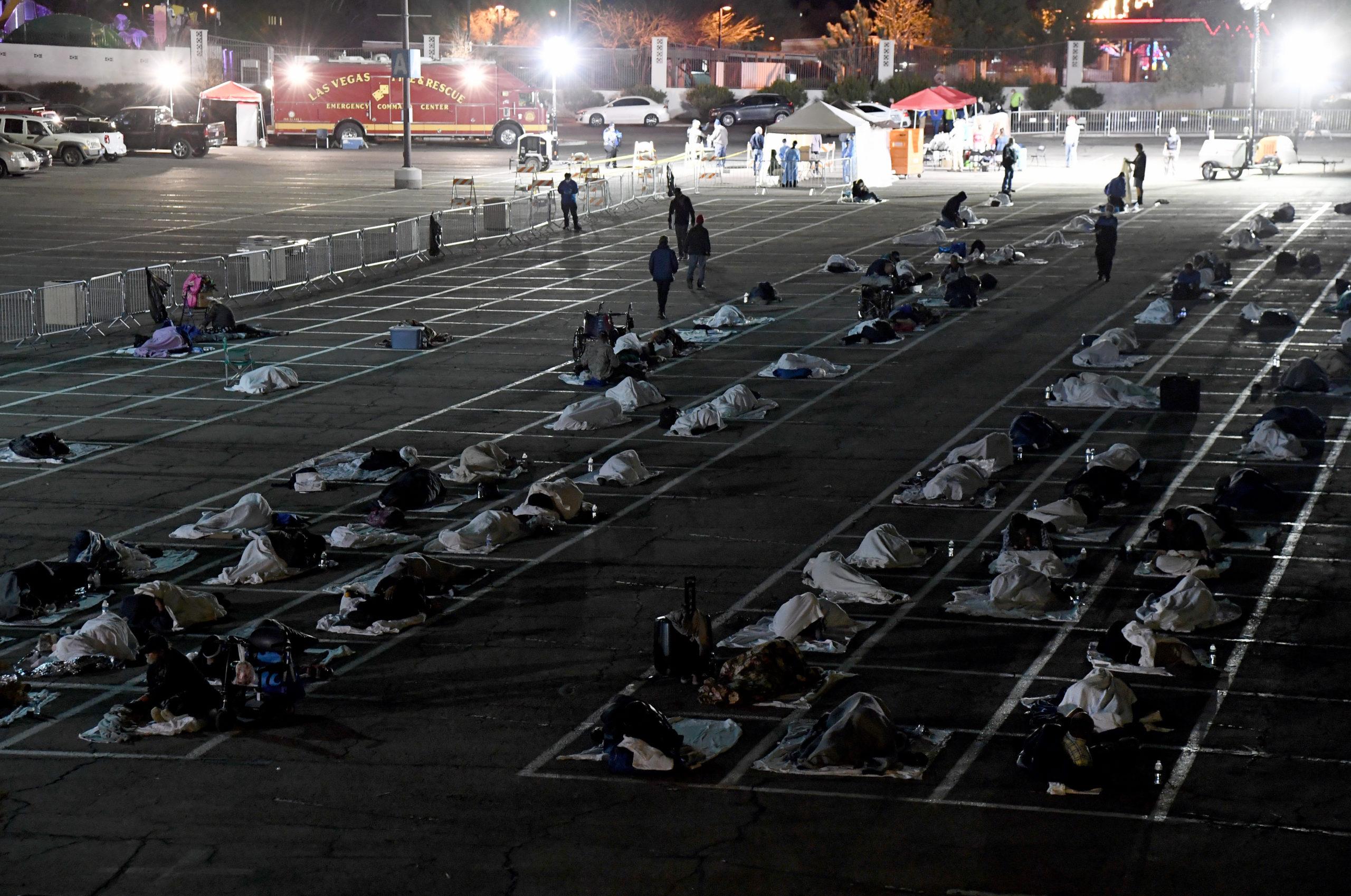 Pessoas em um abrigo para sem-teto no estacionamento do Cashman Center em Las Vegas, Nevada (EUA). Crédito: Getty Images