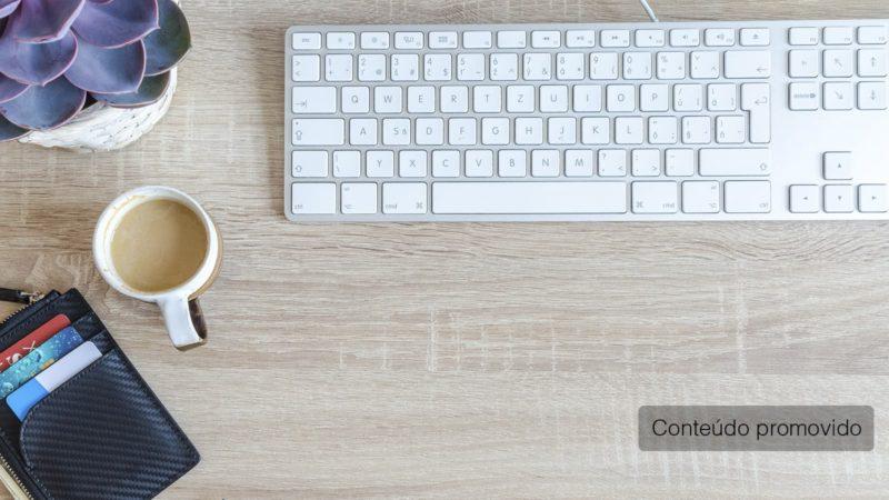 Computador com carteira de cartões com uma xícara de café