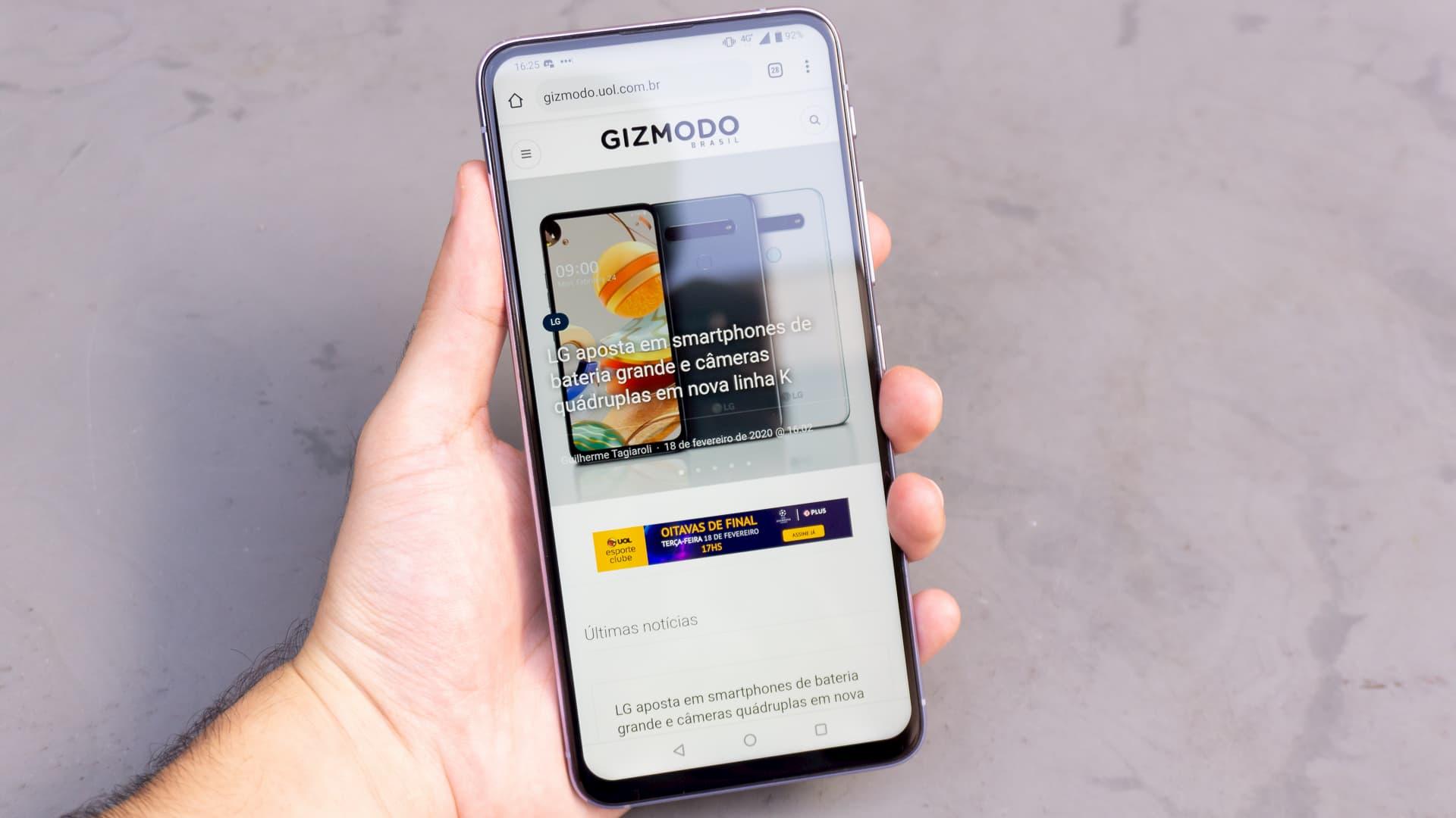 Asus Zenfone 6 com a página do Gizmodo Brasil