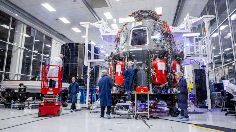Funcionários da SpaceX trabalham na nave reutilizável Crew Dragon